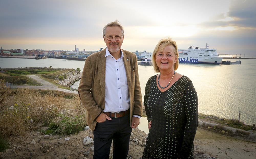 Bakom kommundirektör Fredrik Geijer och projektledare Charlotte Lindström syns Trelleborgs hamn och en bit av stadskärnan som ingår i Kuststad 2025. Foto: Ove Hed