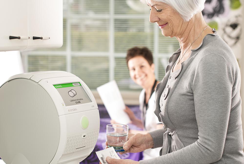 Roboten, som står på plats ute hos patienterna, kombinerar flera olika funktioner som säkrar både vilken medicin som patienterna tar och att de tar den vid rätt tid.